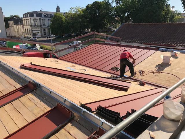 Construction du toit de la cité de la jeunesse par EGDC