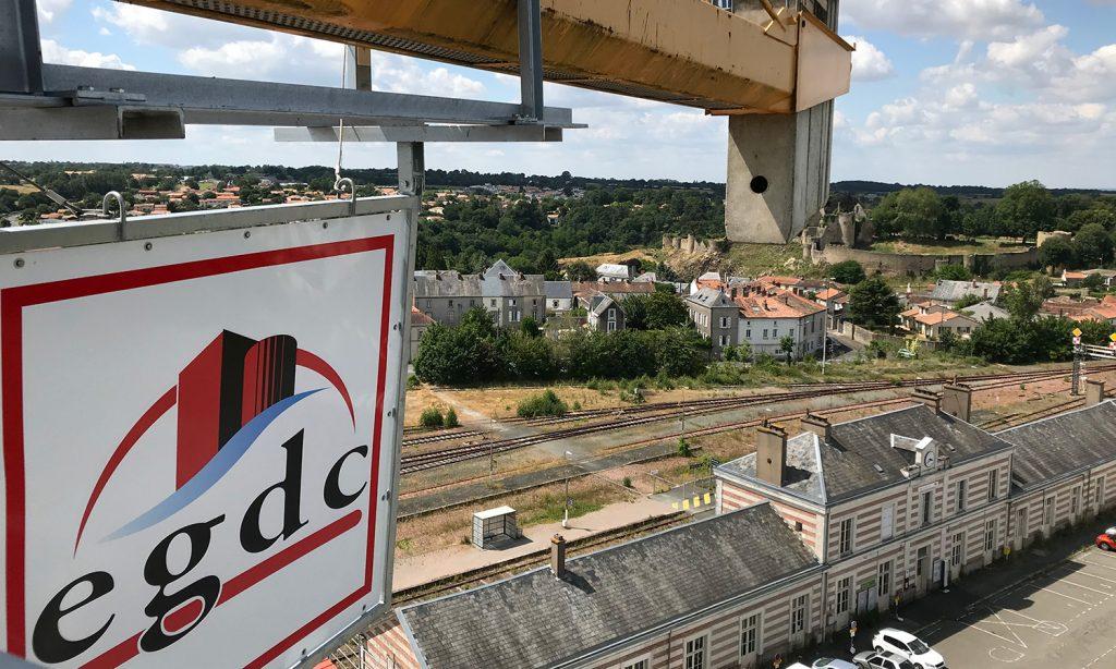 Vue aérienne de la gare de Bressuire avec le panneau d'EGDC