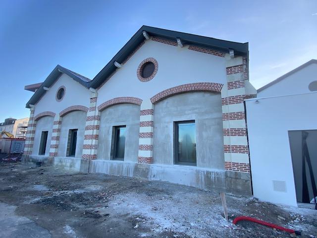 Finition des enduits des façades du chantier de la gare de Bressuire